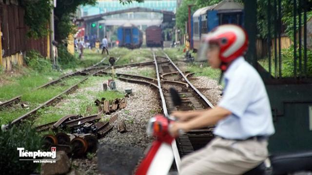 Phía Nam ga Hà Nội, nơi giáp giới có đầu các con phố Khâm Thiên.