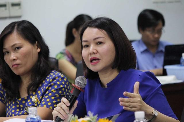 Bà Trần Việt Nga – Phó Cục trưởng Cục An toàn thực phẩm, Bộ Y tế trao đổi tại tọa đàm. Ảnh: HOÀNG GIANG