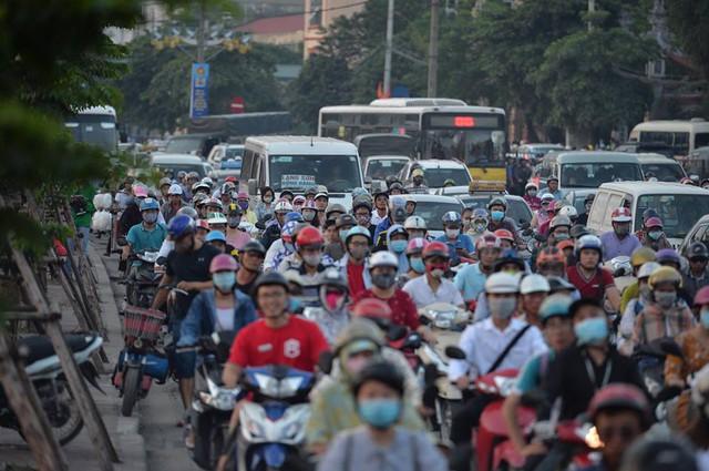 Hà Nội: Tắc khắp ngả, đông nghẹt bến xe trước nghỉ lễ  - Ảnh 9.