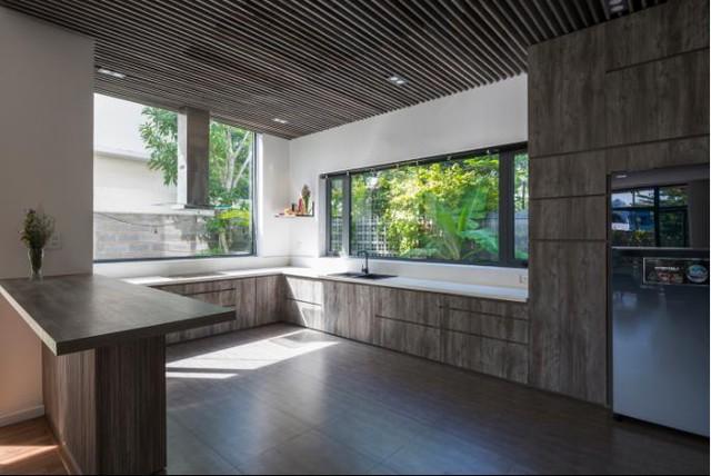 Được thiết kế nhẹ nhàng, giản dị nhưng khu bếp ăn này lại vô cùng thoáng đãng và mát mẻ nhờ những ô cửa sổ bằng kính mở ra bên ngoài.