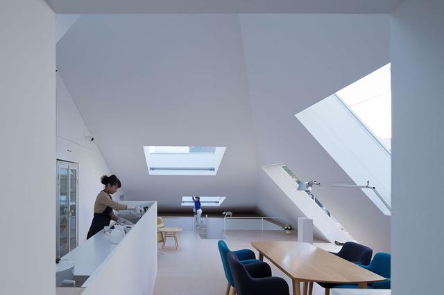 Toàn bộ một vài khu vực công dụng trong nhà nơi đâu cũng tràn ngập ánh sáng môi trường xung quanh nhờ rất nhiều cửa kính mở lên mái nhà.