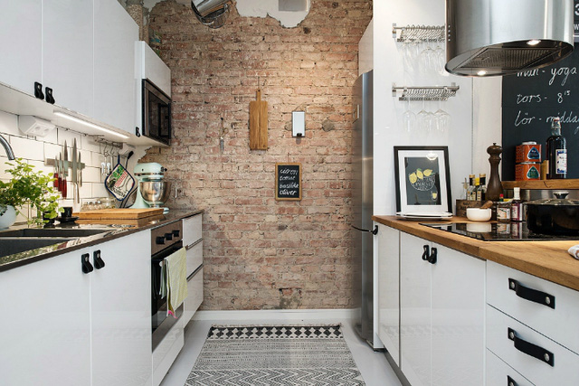 Bức tường gạch thô độc đáo không chỉ tạo không gian gần gũi, ấm áp mà còn vô cùng thân thiện.