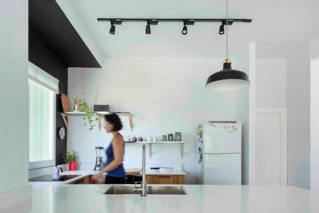 Một không gian tràn ngập ánh sáng nhờ kiến trúc mở thông thoáng và điều quan trọng là giúp bà mẹ trẻ có thể quan sát con 1 cách dễ dàng mặc dù đang nấu ăn.
