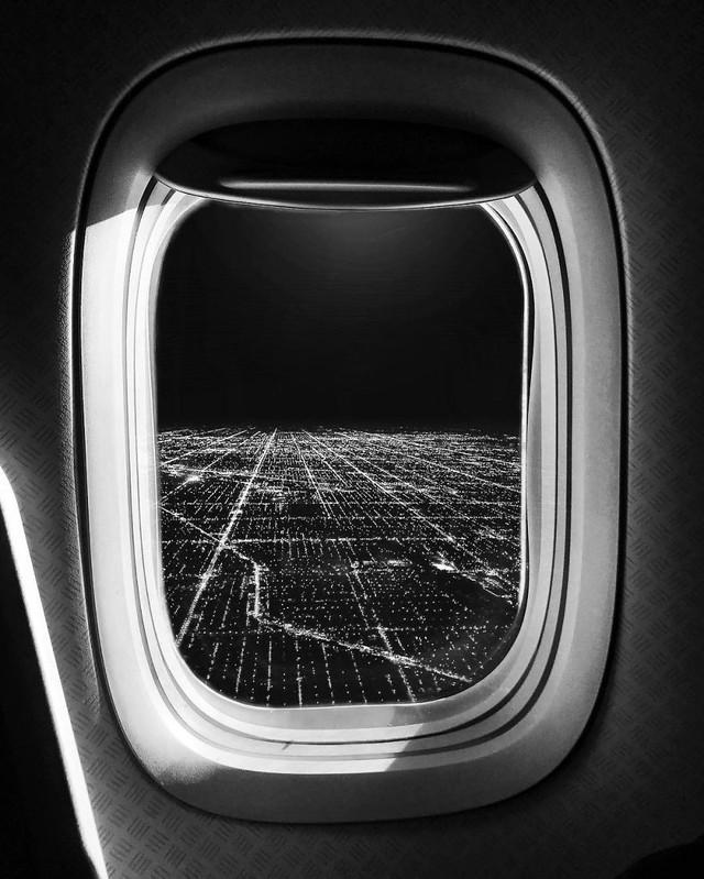 Từ khung cửa máy bay nhìn ra.