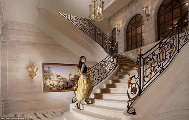 Cầu thang được trạm trổ bằng vàng.