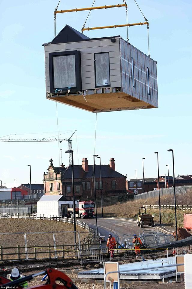 Ngôi nhà được vận chuyển theo từng khối và tới địa điểm xây dựng chỉ việc lắp ghép chúng lại với nhau.