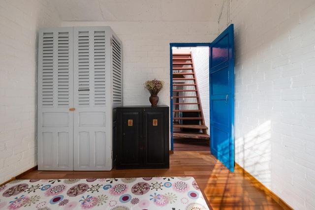 Phong cách hoài cổ được thể hiện qua các dùng màu sơn , và đồ nội thất