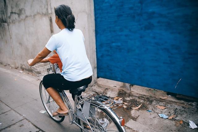 Chiếc xe đạp của chị được công ty cấp cho để đi làm mỗi ngày.