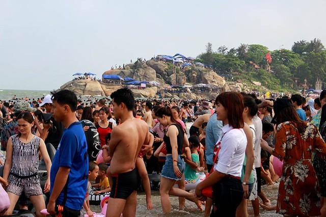 Từ đầu giờ chiều đến chập tối, dưới biển quá đông người, không có chỗ bơi thoải mái. Nhiều khách ở trên bờ nhiều hơn thời gian nhúng thân mình xuống nước