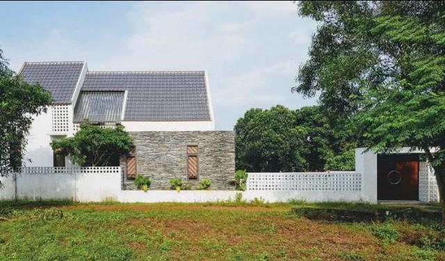 Quanh nhà còn có rất nhiều cây xanh mang đến bầu không khí mát mẻ cho ngôi nhà.