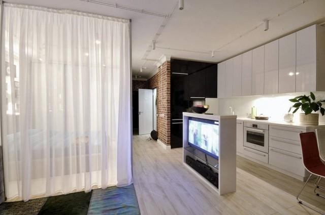 Một chiếc kệ xinh xắn vừa là nơi để tivi tiện lợi vừa là khu vực phân chia giữa không gian tiếp khách và bếp ăn.