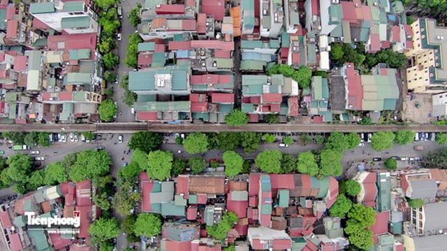 Đường sắt đi qua khu phố cổ Hà Nội đông đúc.