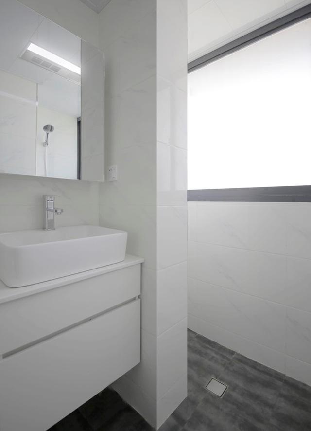 Không gian nhỏ này cũng được phủ 1 màu trắng từ tường đến trần nhà.
