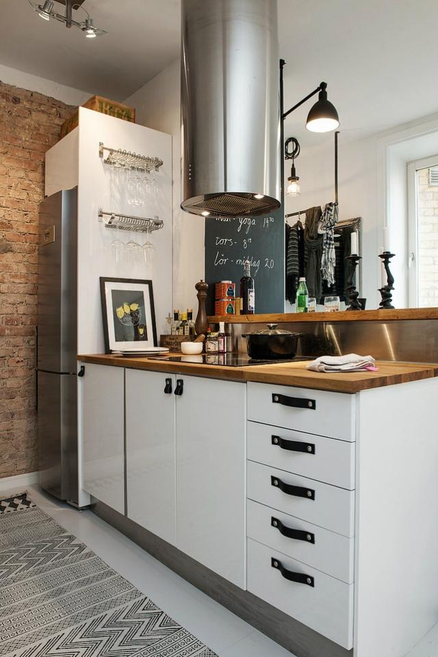 Là tông màu chủ đạo của căn hộ, không khó để bạn tìm thấy những món đồ nội thất trắng thanh lịch hiện đại trong khu vực này như tủ bếp, kệ mở…