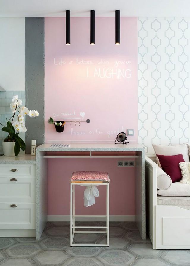 Một chiếc bàn ăn nhỏ kê dọc bức tường là nơi ngăn 1 vàih duy nhất giữa không gian bếp có phòng khách của căn hộ cao tầng.