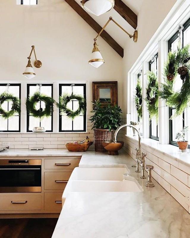 Không khí Noel tràn ngập không gian bếp ăn chỉ với những nhành thông kết thành vòng nguyệt quế.