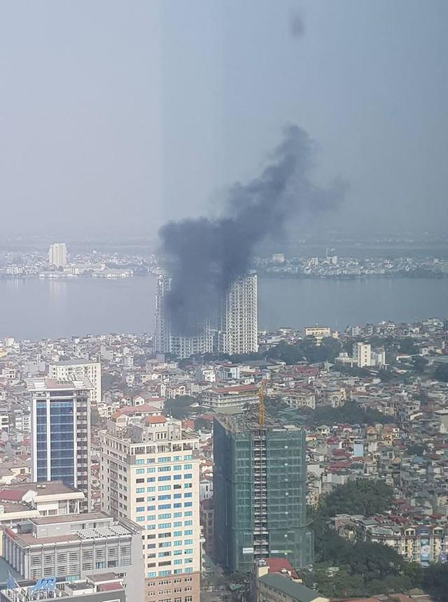 Hiện tại đám cháy vẫn chưa được dập tắt. (Ảnh FB người dân).