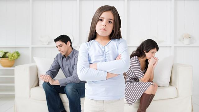 Sau hôn nhân, nhiều người chồng thường đùn đẩy trách nhiệm chăm con cho vợ với lý do chăm lo cho sự nghiệp.