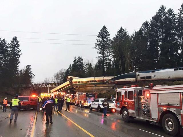 Hình ảnh tại hiện trường cho thấy toa xe nằm rải rác trong rừng, rơi xuống đường hay lơ lửng trên cầu vượt. Toàn bộ 14 toa của đoàn tàu đều bị hư hại trong vụ việc.