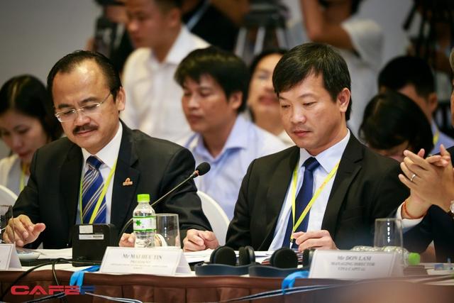 Ông Mai Hữu Tín (bên phải) - Chủ tịch Cty CP Nông nghiệp U&I tham gia thảo luận về chủ đề Nông nghiệp - Tổ chức lại sản xuất theo nhu cầu thị trường. Ngồi bên cạnh là ông Võ Quốc Thắng, Chủ tịch HĐQT Tập đoàn Đồng Tâm.