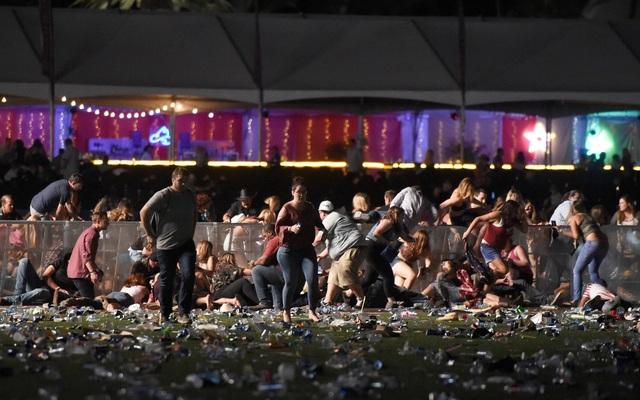 Đám đông hỗn loạn tìm nơi náu thân khi vụ xả súng xảy ra.