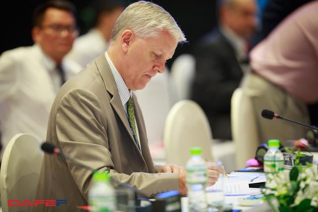 Trong các đại biểu tham dự cuộc đối thoại với Thủ tướng, đại diện quan trọng là các tổ chức quốc tế - ông Eric Sidgwick, Giám đốc Quốc gia Ngân hàng phát triển Châu Á (ADB).