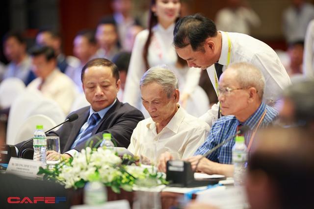 Ông Trương Đình Tuyển, nguyên Bộ trưởng Bộ Thương mại cũng góp mặt. Người bên cạnh ông Tuyển là Tiến sĩ Mai Liêm Trực, nguyên Thứ trưởng thường trực Bộ Bưu chính Viễn thông (nay là Bộ Thông tin truyền thông).