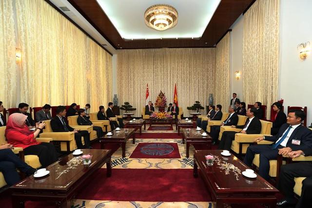"""Thủ tướng Lý Hiển Long gặp mặt Chủ tịch Ủy ban Nhân dân Thành phố Hồ Chí Minh Nguyễn Thành Phong tại Dinh Thống Nhất. """"Chúng tôi đã thảo luận về hợp tác kinh tế và kinh doanh giữa Việt Nam và Singapore cũng như các lĩnh vực hợp tác mới"""", Thủ tướng Lý cho biết."""