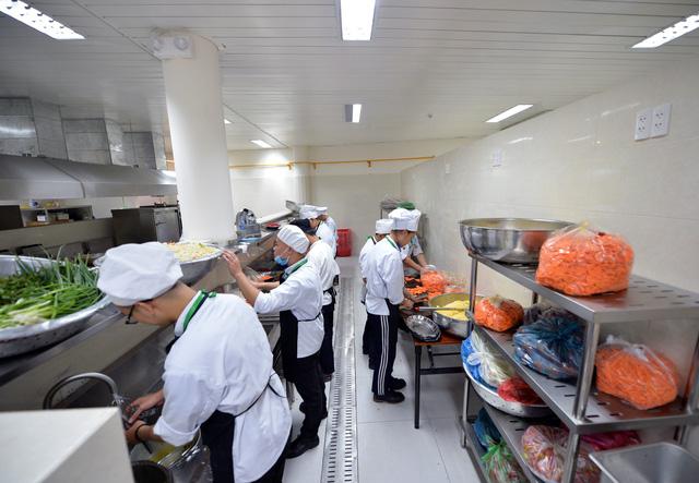 Các đầu bếp chuẩn bị Buffet cho bữa trưa ngày 5/11. Theo thông tin từ Bộ Ngoại giao, có khoảng 2.000 phóng viên Việt Nam và 1.000 phóng viên nước ngoài đăng ký đưa tin Tuần lễ Cấp cao.