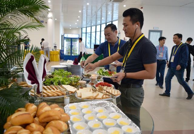 Do đặc thù phục vụ cả phóng viên người Việt Nam và người nước ngoài nên các món ăn khá đa dạng.