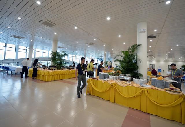 Sảnh tầng 2 được chọn để phục vụ các phóng viên, những người mang thẻ vàng. Trong khi đó, nhân viên trung tâm và các tình nguyện viên ăn trưa trên tầng 3.