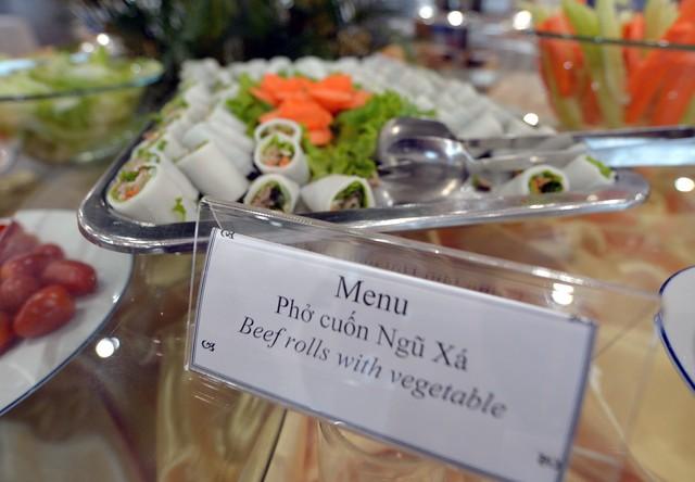 Phở cuốn Ngũ Xã, món ăn đậm bản sắc Việt, cũng được phục vụ trong bữa ăn đầu tiên.
