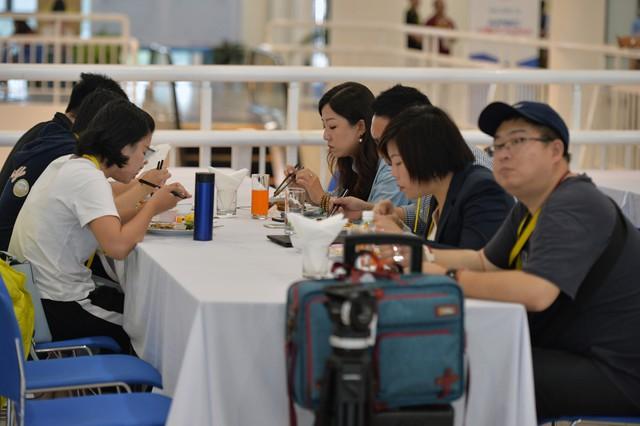 Đoàn phóng viên nước ngoài dùng bữa tại IMC.