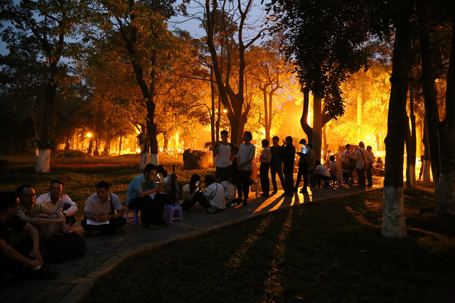 Nhiều người dân đi mua nhà Ecopark phải đến từ nửa đêm để xếp hàng từ sáng sớm.