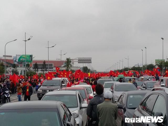 Dân Thủ đô phủ kín nhiều tuyến đường, vác cúp chào đón U23 Việt Nam trở về - Ảnh 1.