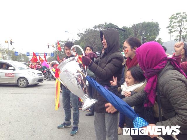 Dân Thủ đô phủ kín nhiều tuyến đường, vác cúp chào đón U23 Việt Nam trở về - Ảnh 12.