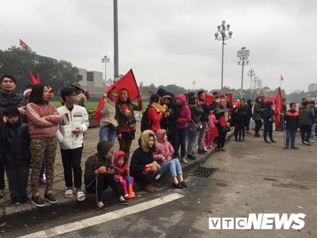 Dân Thủ đô phủ kín nhiều tuyến đường, vác cúp chào đón U23 Việt Nam trở về - Ảnh 14.