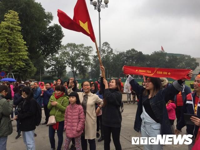 Dân Thủ đô phủ kín nhiều tuyến đường, vác cúp chào đón U23 Việt Nam trở về - Ảnh 15.