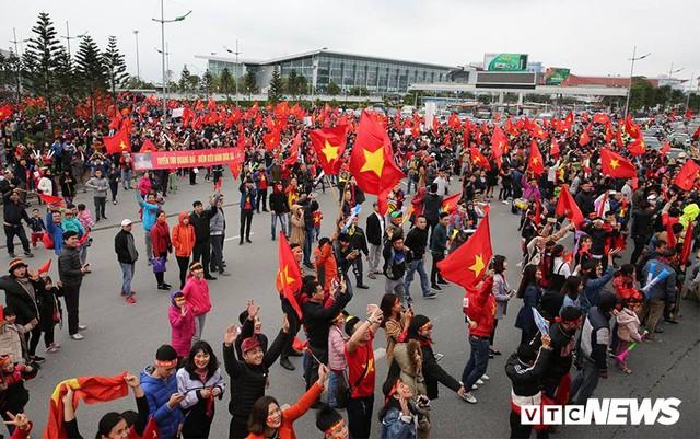 Dân Thủ đô phủ kín nhiều tuyến đường, vác cúp chào đón U23 Việt Nam trở về - Ảnh 4.