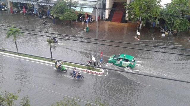 """Clip: Cơn mưa """"lạ"""" ngày U23 Việt Nam trở về khiến Tây Đô chìm trong biển nước - Ảnh 4."""