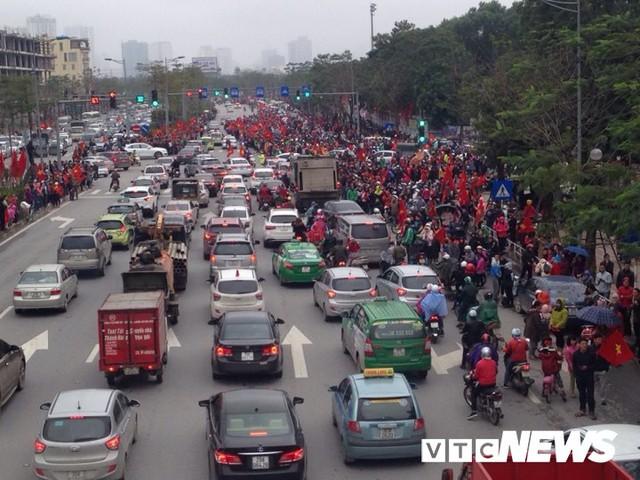 Dân Thủ đô phủ kín nhiều tuyến đường, vác cúp chào đón U23 Việt Nam trở về - Ảnh 7.