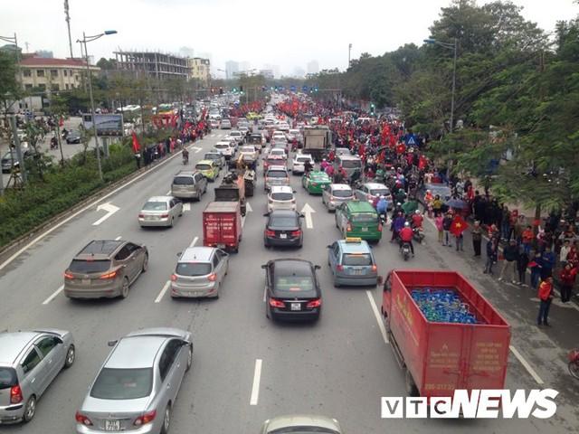 Dân Thủ đô phủ kín nhiều tuyến đường, vác cúp chào đón U23 Việt Nam trở về - Ảnh 8.