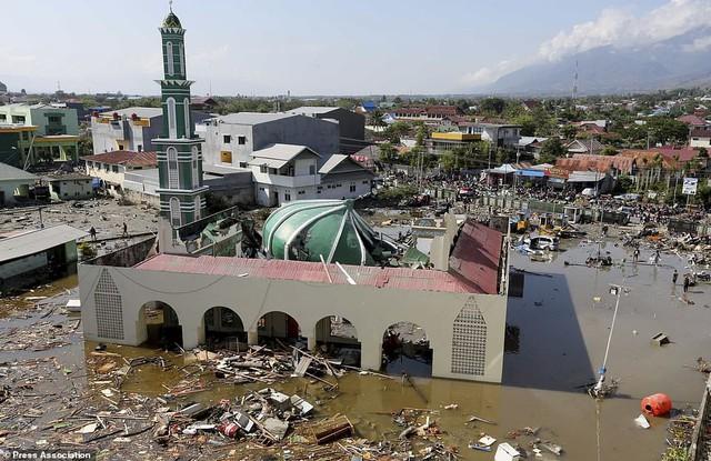 Thảm cảnh máy xúc đào mồ chôn tập thể cho các nạn nhân động đất, sóng thần Indonesia - Ảnh 10.