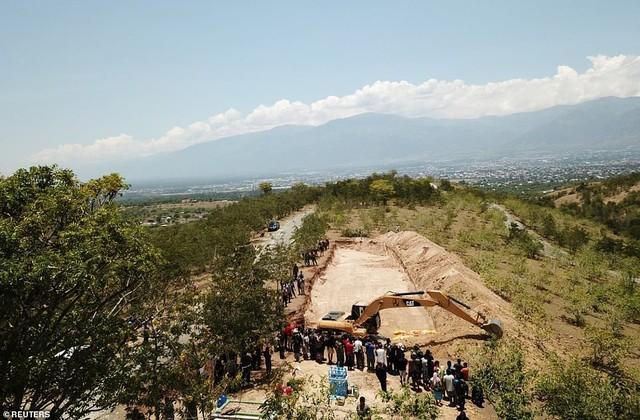 Thảm cảnh máy xúc đào mồ chôn tập thể cho các nạn nhân động đất, sóng thần Indonesia - Ảnh 4.