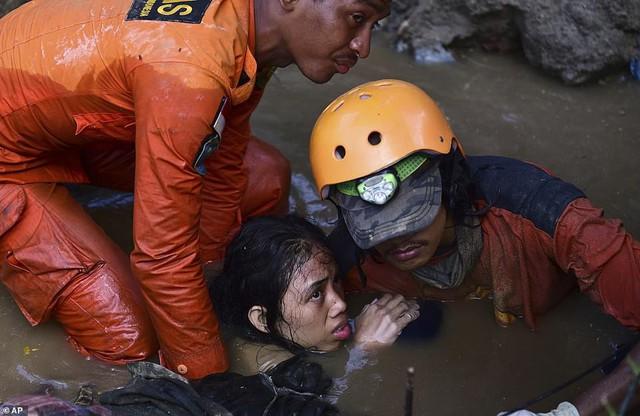 Thảm cảnh máy xúc đào mồ chôn tập thể cho các nạn nhân động đất, sóng thần Indonesia - Ảnh 8.