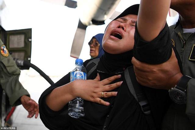 Thảm cảnh máy xúc đào mồ chôn tập thể cho các nạn nhân động đất, sóng thần Indonesia - Ảnh 9.