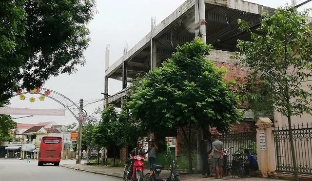 Ngân hàng xây lụi 3 tầng nhà rồi bỏ hoang - Ảnh 1.