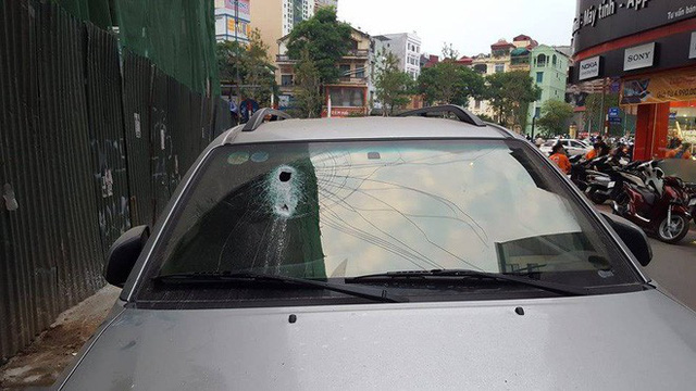 Hà Nội: Thanh sắt từ công trình xây dựng rơi xuống đâm thủng ô tô 7 chỗ - Ảnh 1.