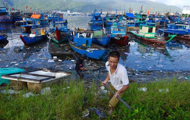 Cảng cá lớn nhất miền Trung nước đen ngòm, bốc mùi hôi thối - Ảnh 3.