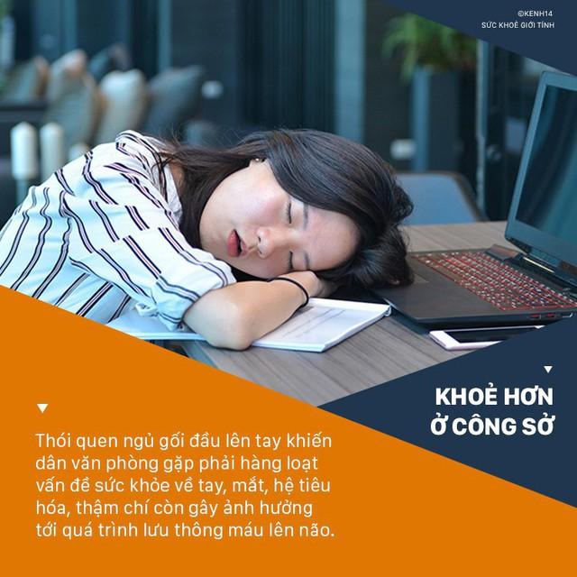 Cô gái 28 tuổi phải phẫu thuật cánh tay trái vì thói quen mà hầu hết dân văn phòng đều mắc khi ngủ trưa - Ảnh 3.